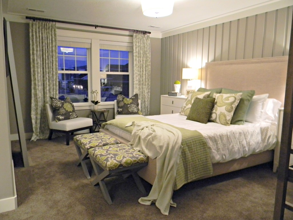 small-master-bedroom-decorating-ideas-as-master-bedroom-decor-ideas-by-artistic-a-kind-of-decor-of-the-finest-Bedroom-arrangement-looks-9